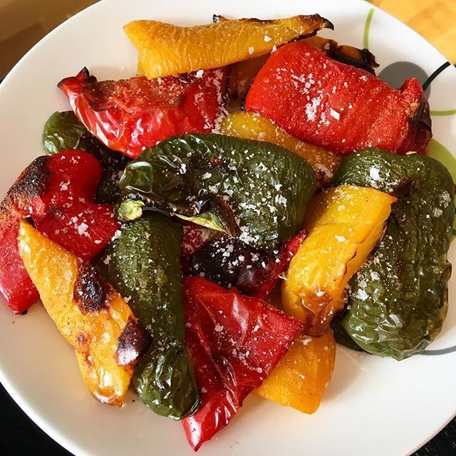 Oven roasted bell peppers. If you haven't tried it, you should!! Skin up on a sheet pan, 200 degrees celcius on the highest rack for 25-30 minutes (until skins are wrinkled). #shapeupnorge #ironmannorge #sunn #sunt #contestprep #diett #vektnedgang #ironmannorge #mat #foodporn #healthyeating #veggies #grønnsaker #paprika #middagstips