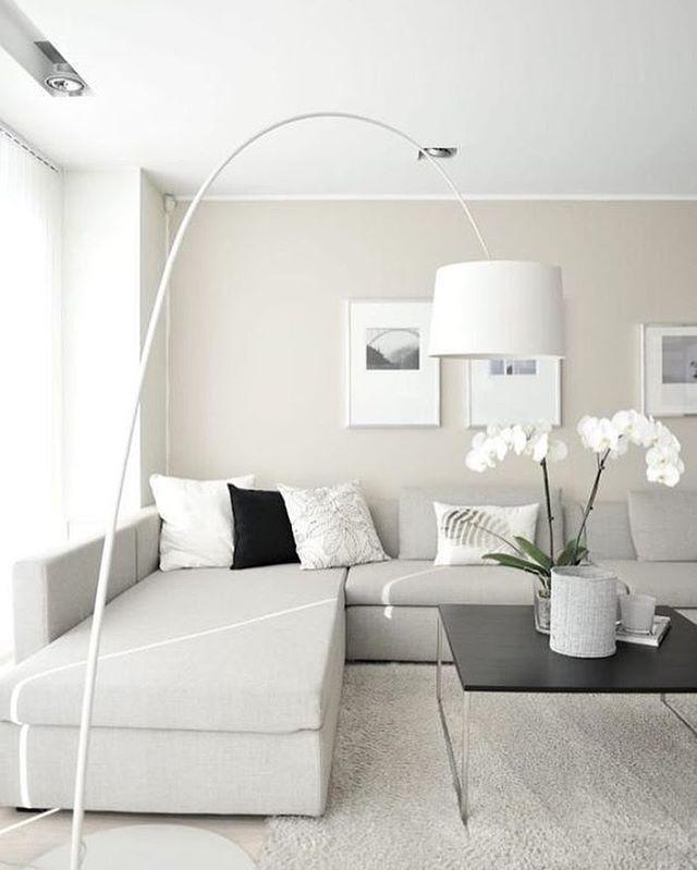 Salon blanco el detalle de la lampara al centro es una buena idea ...