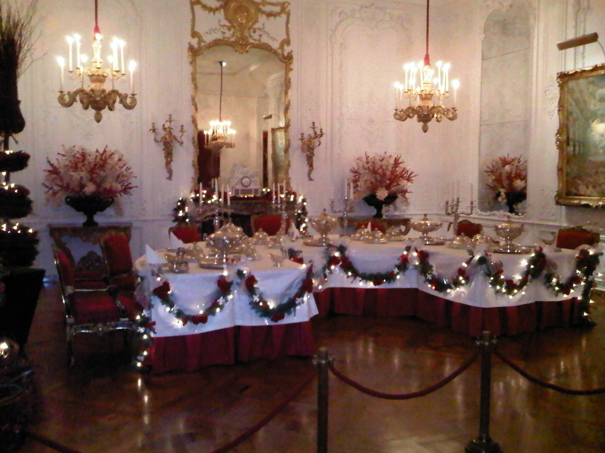 How About Making Some Simple And Attractive Christmas Table Glamorous Christmas Decorations For Dining Room 2018