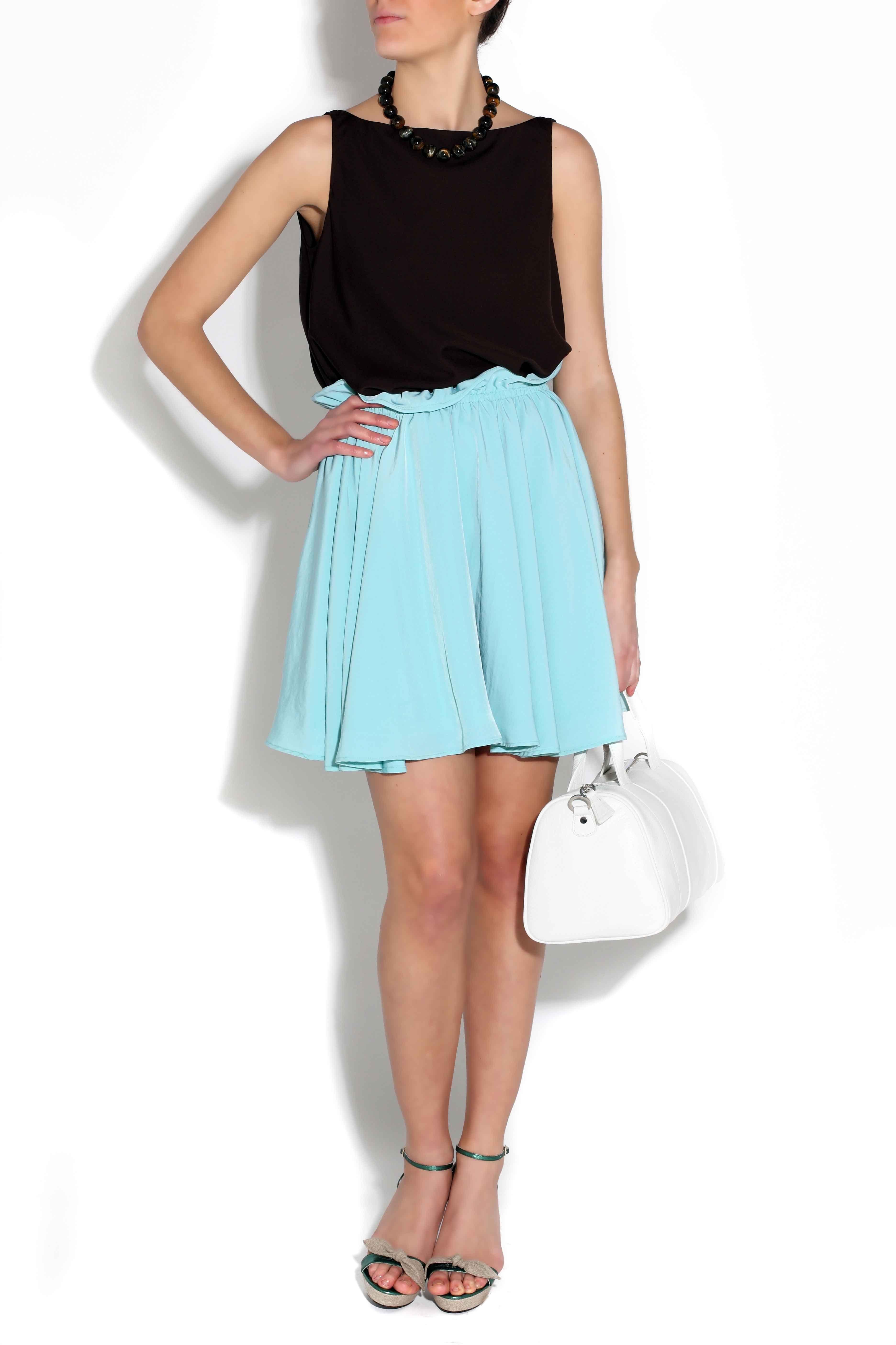 Falda doble de vuelo de Blossan, zapatos de Serena Whitehaven, top negro de seda de Ion Fiz y bolso de Marga Prado