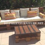 Outdoor sofa and table made with pallets - außenküche paletten - #außenküche #outdoor #Paletten #Pallets #Sofa #Table #sofaauspalletten