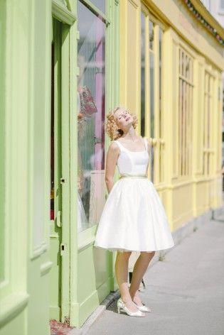 kurzes hochzeitskleid mit rundem ausschnitt und gelb gruenem taillenguertel, gerafftem rock und petticoat (www.noni-mode.de - Foto: Le Hai Linh)