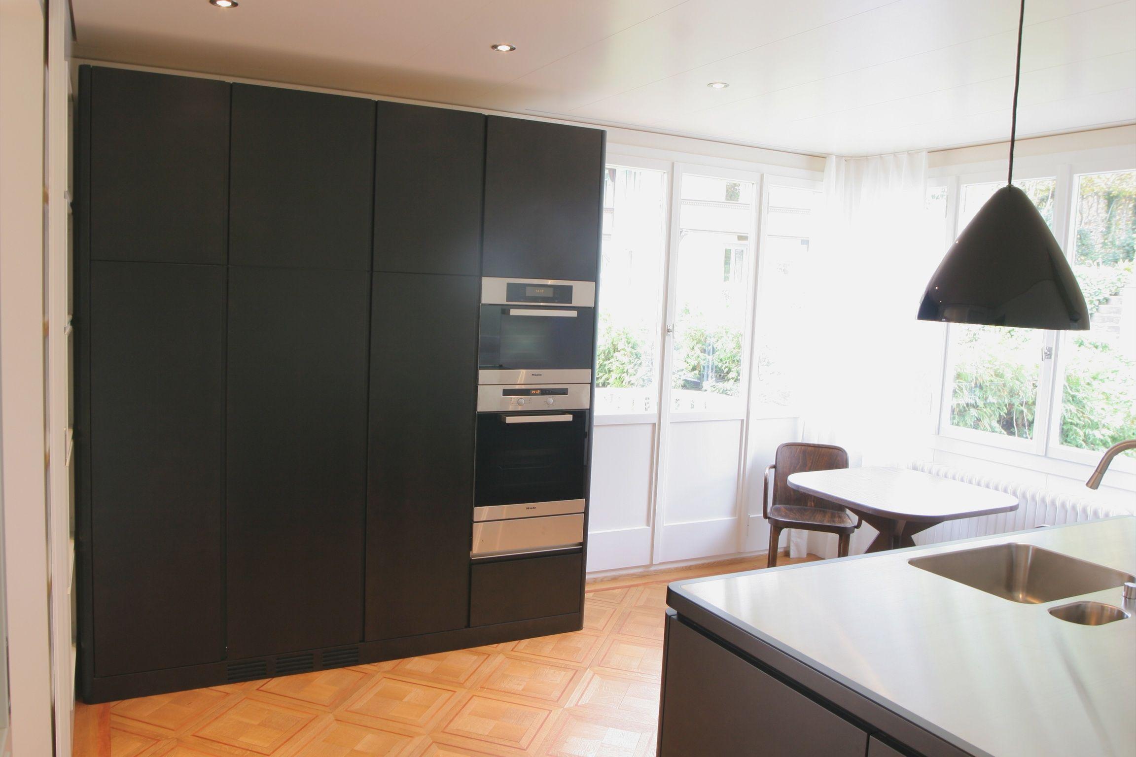 Küche mit eingefasster Edelstahlabdeckung, Fronten in Ahorn furniert ...