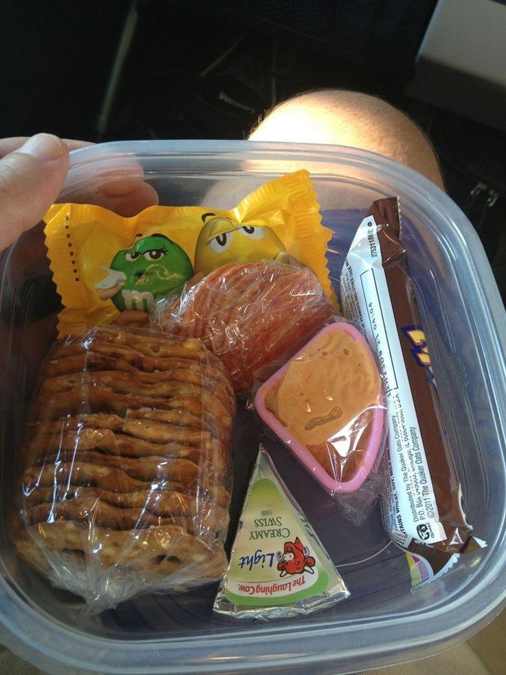 Packen Sie einen Snack ein, da auf Flügen keine warmen Mahlzeiten oder Sandwiches serviert werden. -