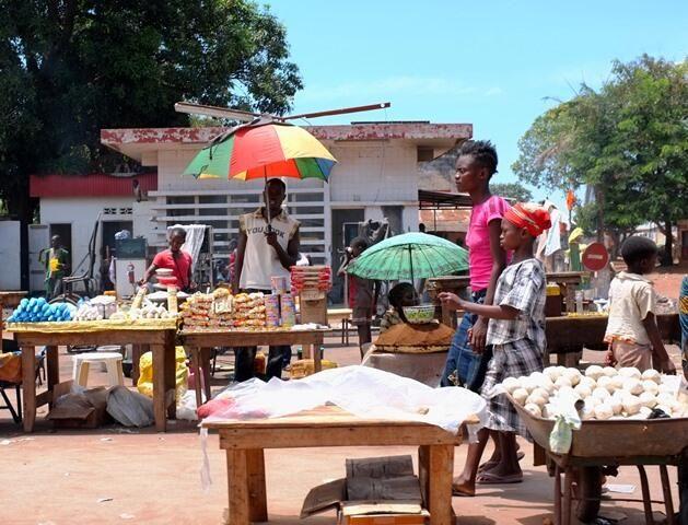 Un marché à la sortie nord de Bangui pic.twitter.com/dLSsJDzKus