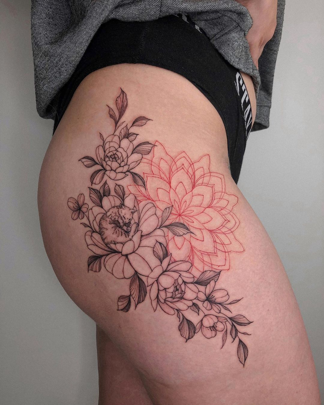 🐈🌸 ⠀ #tattoo #tattooart #graphictattoo #ink #blacktattoo #dotwork #dotworktattoo #tattooartist #tattooing #linework #art #graphic #floraltattoo