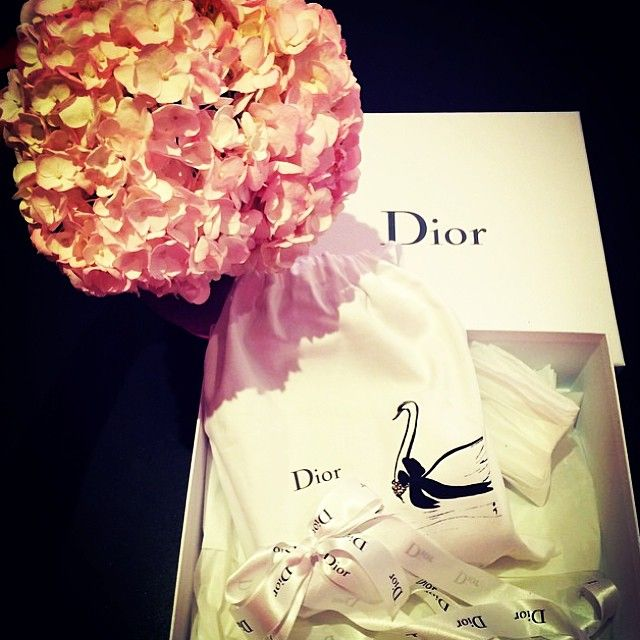 Let's guess what is in that dustcover! Credit: belleloverr #Diorvalley #Dior #LadyDior #Hydrangeas #Swan #Flowers