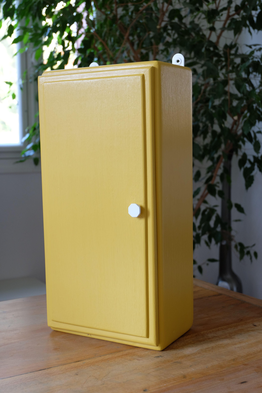 Ancienne armoire pharmacie repeinte en jaune vintage et for Petit meuble japonais