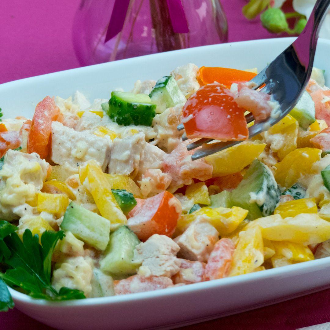 Vă prezentăm o salată foarte ușor de gătit cu un gust fabulos. Datorită legumelor proaspete și pieptului de pui veți obține un gust excelent și doza necesară de vitamine. Săracă în calorii, dar foarte delicioasă