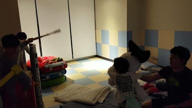 큰아들과 아이셋은 집에서 이러고 놀아요! ㅋㅋㅋ The eldest son and three children play at home like this! ㅋㅋㅋ