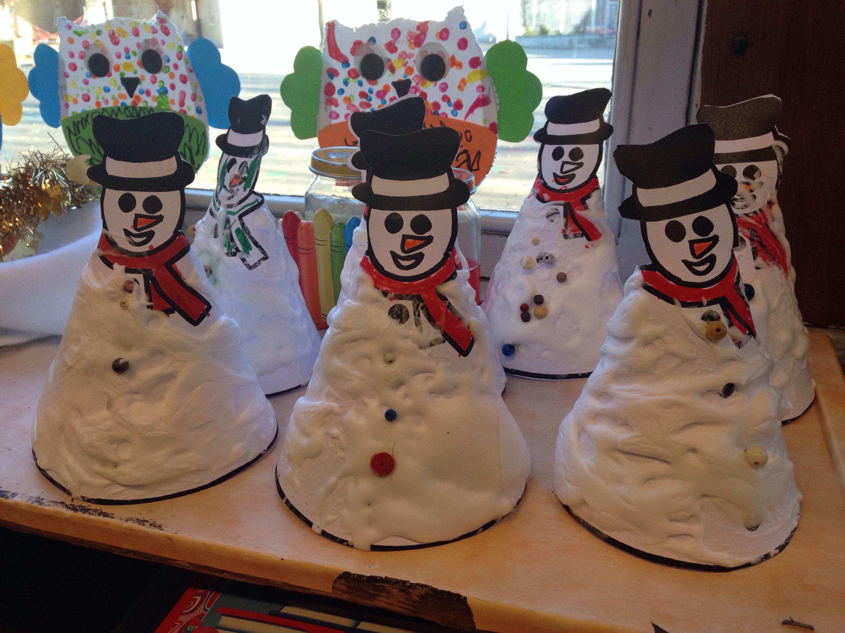 bonhomme de neige avec m lange de mousse raser et colle blanche effet neige assur. Black Bedroom Furniture Sets. Home Design Ideas