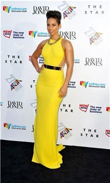 Alicia Keys deslumbra con un vestido amarillo de Stella McCartney en los Premios Aria en Sydney - Color arriesgado, pero precioso vestido #amarillo http://www.guiasdemujer.es/st/mujeremprendedora/Alicia-Keys-deslumbra-con-un-vestido-amarillo-de-Stella-McCartney-en-l-2271