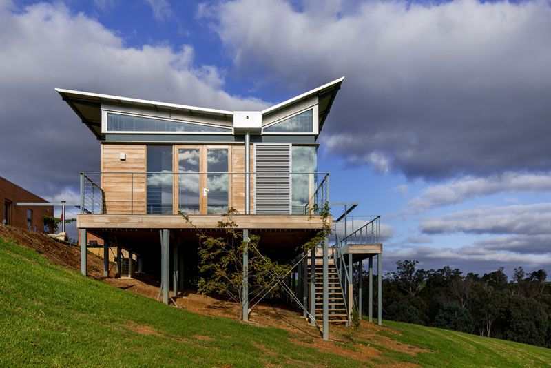 This Australian Weekender House Has A Distinctive Butterfly Roof Butterfly Roof Roof Design Architecture House