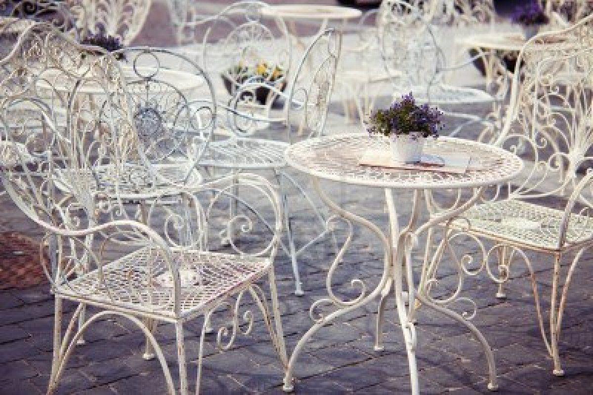 Tavolo Bianco Stile Provenzale.Stock Photo Tavoli In Metallo Sedie Decorate E Decorazioni