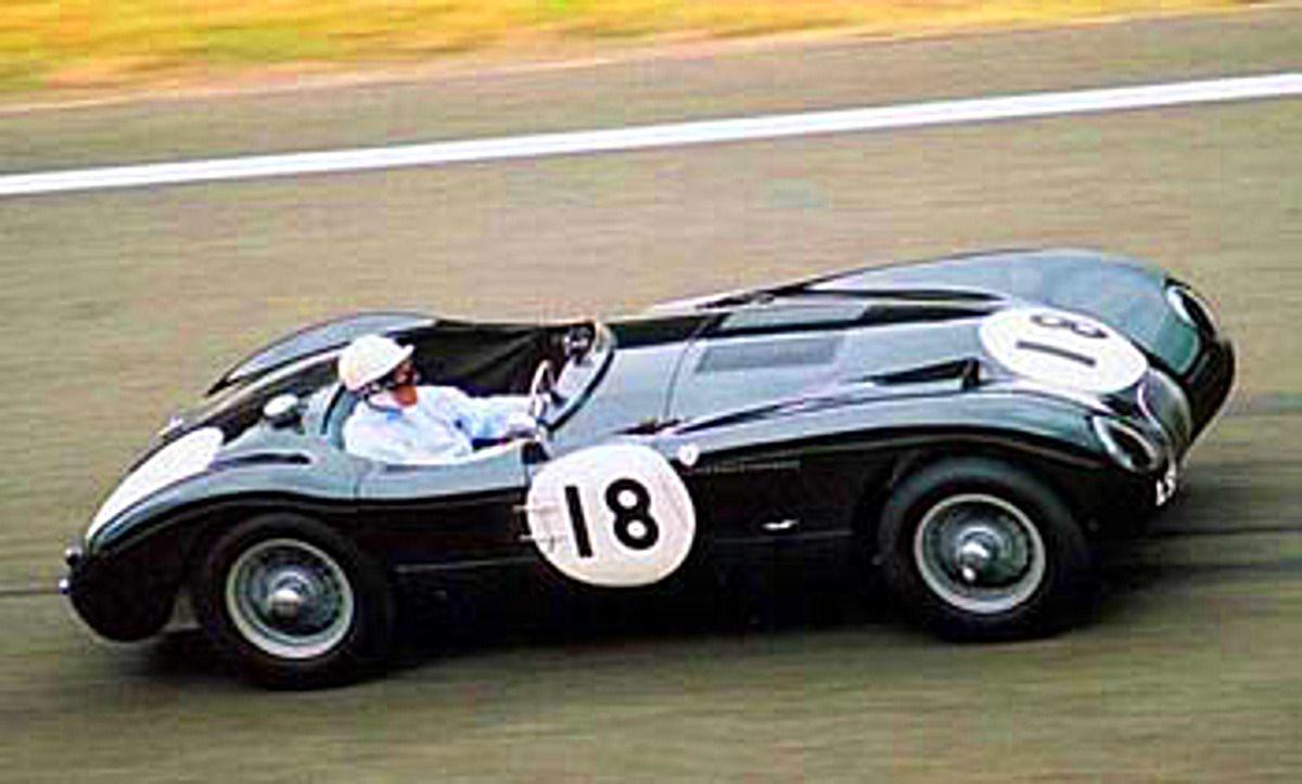 Moss con el Jaguar C Type ganador en el 53, en una moderna edición del Goodwood festival..
