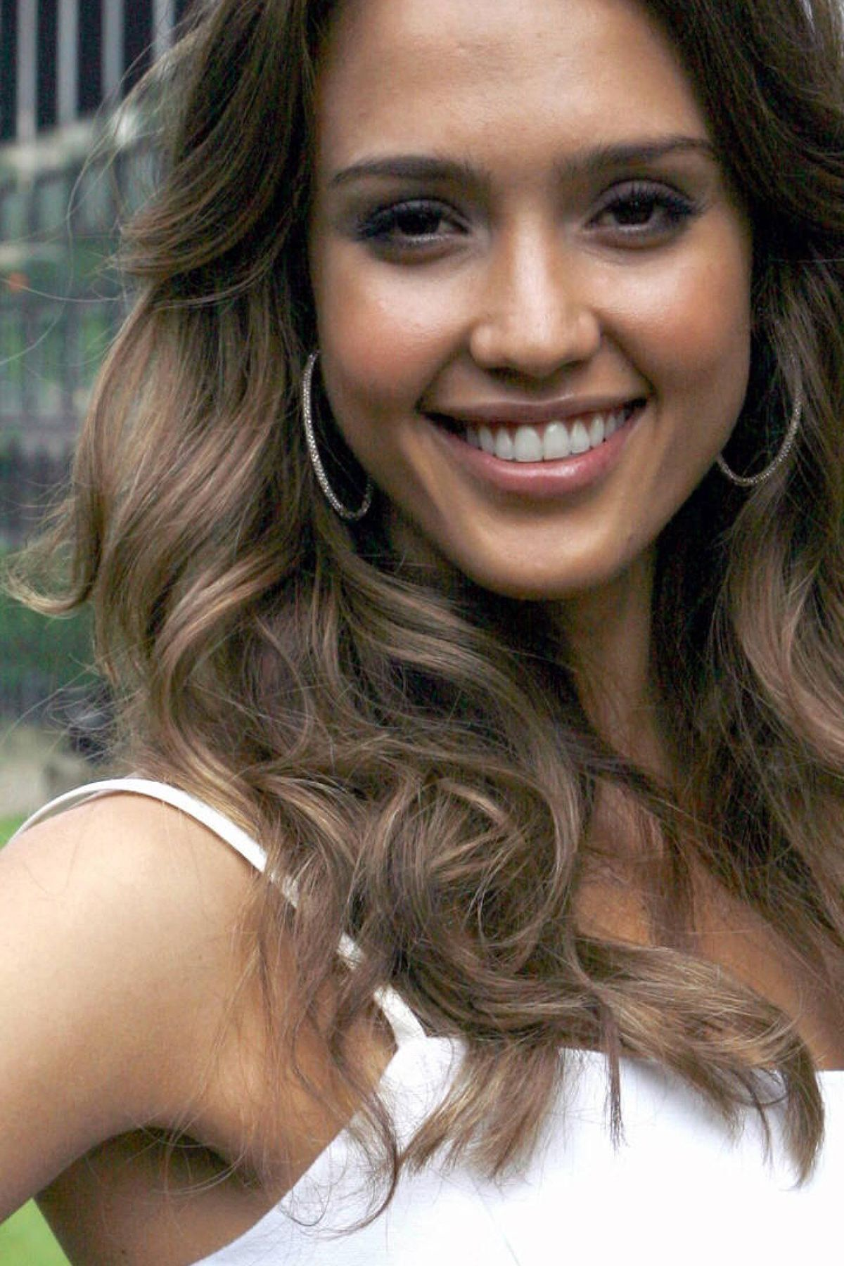 Beautiful Cute Smile Of Jessica Alba Mobile Wallpaper With Images Jessica Alba Mobile Wallpaper Jessica