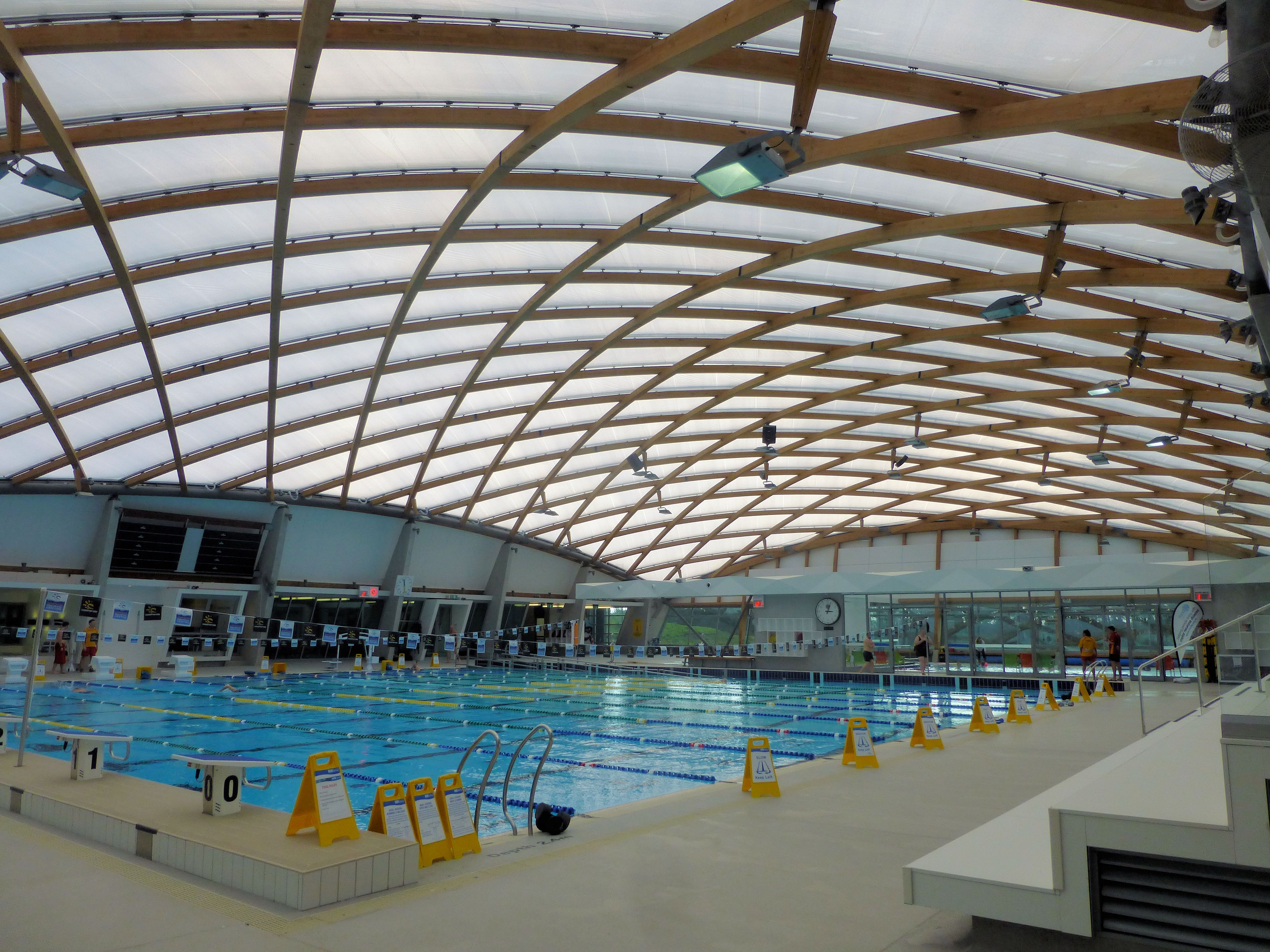 Kapiti coast aquatic centre curved gridshell glulam roof for Piscina valdesanchuela