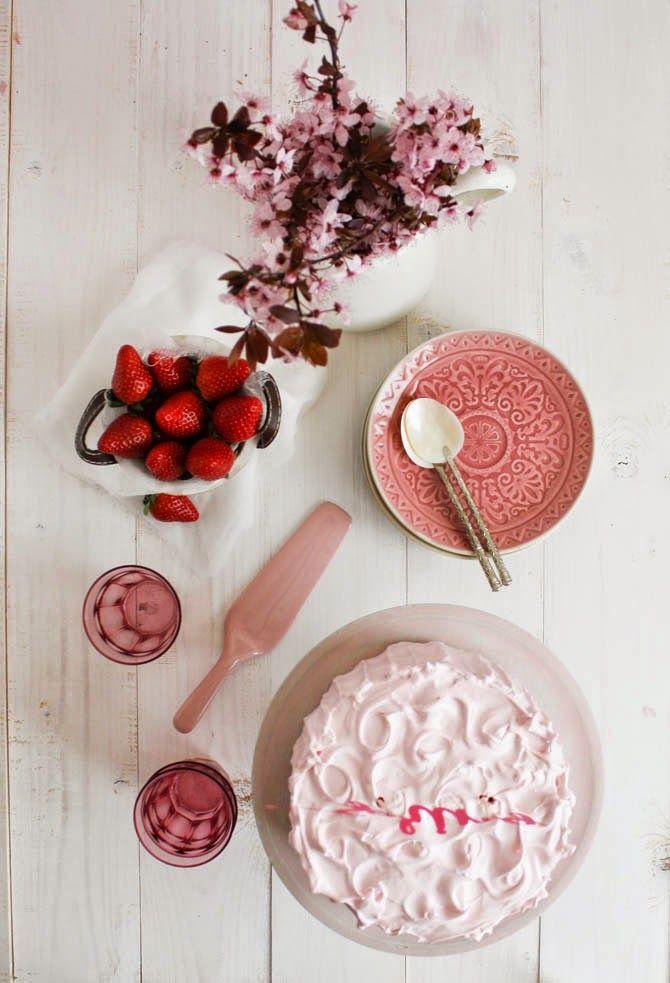 Tarta de fresas, nata y merengue