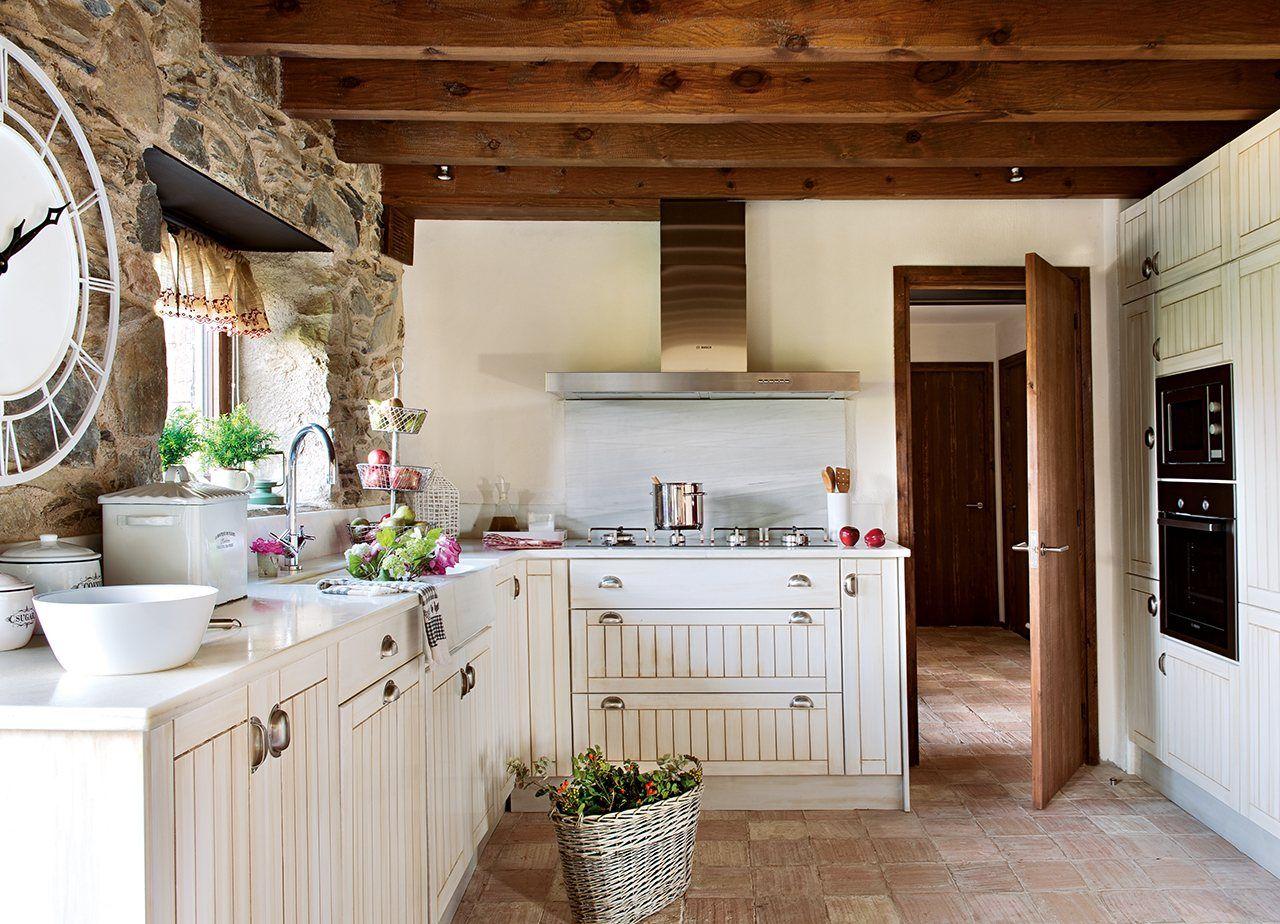 Una casa r stica con toques industriales for Cocinas rusticas blancas