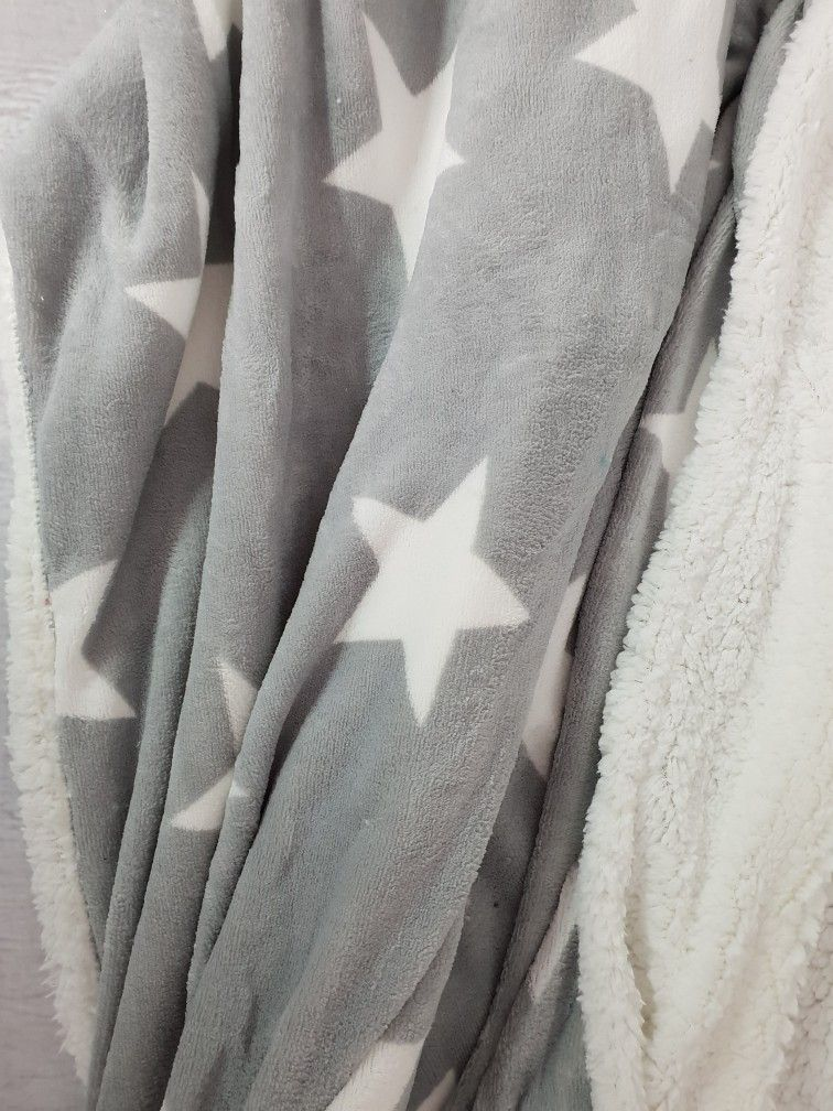 Super Weiche Kuschelige Decke In Grau Mit Grossen Weissen Sternen