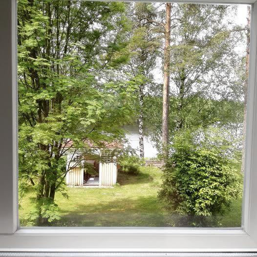 Huvimaja sinisestä huoneesta kuvattuna - huvimajassa kaasugrilli sekä hiiligrillejä vieraitten käyttöön :)