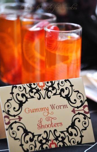 Vodka, zumo de naranja y gusanos de gominola