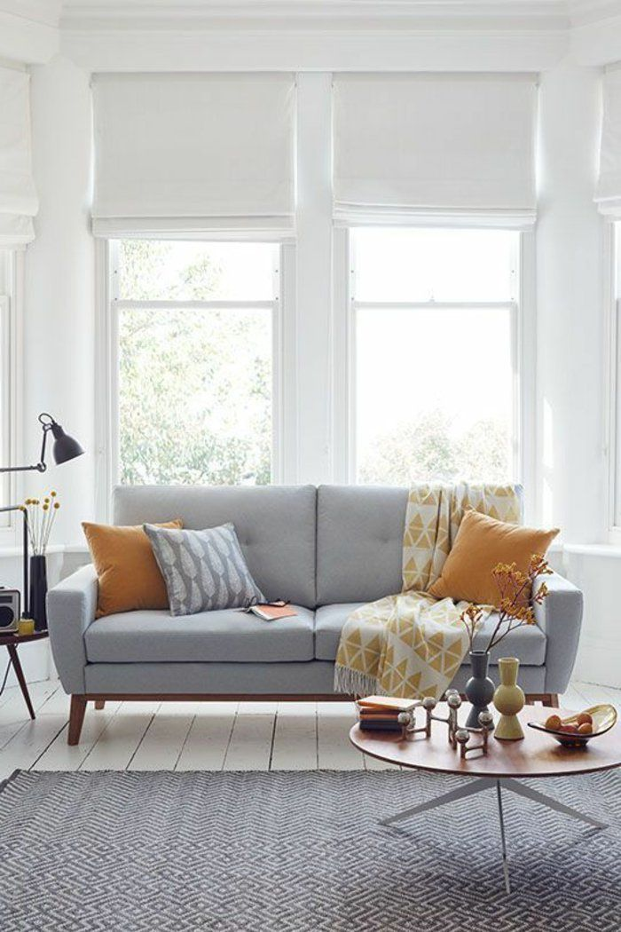 Grosse Fenster Und Viel Natrliches Licht In Einem Grauen Zimmer