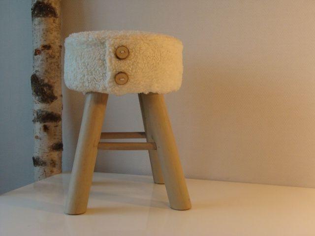 Krukje met katoenen lamsvachtje en stoere houten knopen