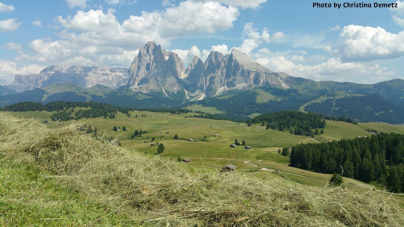 Heuarbeit in den Dolomiten Taglio del fieno www.valgardena.it