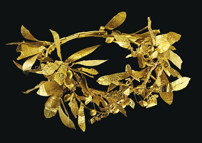 Una corona de olivo de oro griega.  Finales del periodo clásico al helenístico temprano.  9 ½ in (24,1 cm) de ancho.  Estimar $ 250.000-350.000.  Este lote se ofrece en las antigüedades el 25 de octubre de 2016 a Christie en Nueva York, Rockefeller Plaza