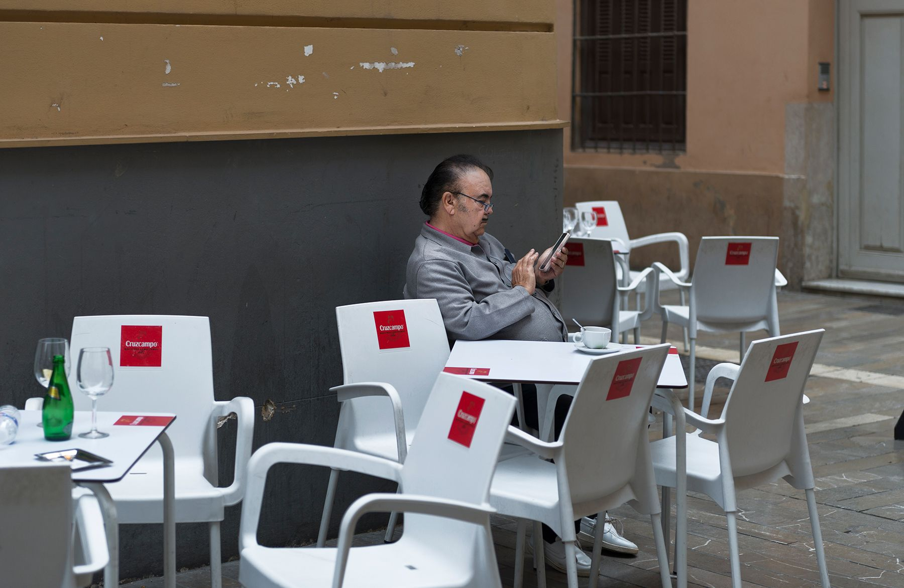 El hombre del móvil y el café