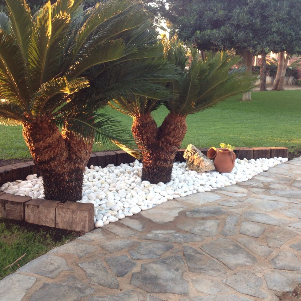 jardinera con piedras blancas y traviesas de tren
