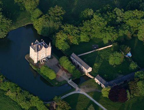 Chateau De La Motte Husson Martigne Sur Mayenne 53470 France Www Castlesandmanorhouses Com Castle Castle Pictures Chateau