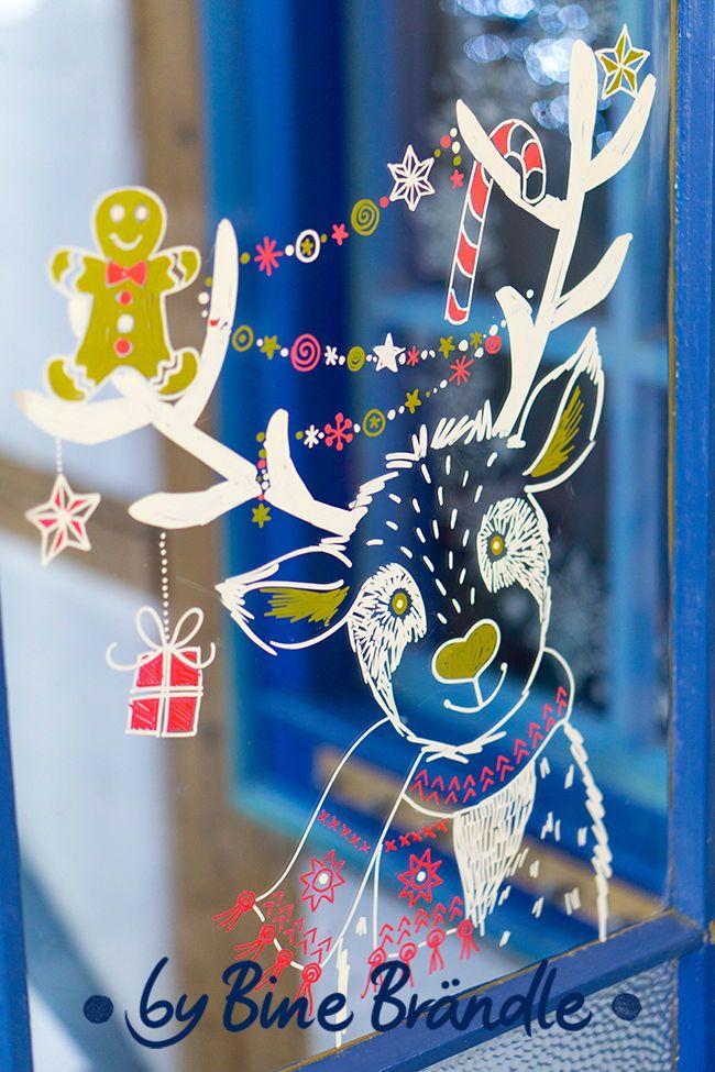 Ein witzig süßes Rentier mit Lebkuchenmann und weihnachtlicher Deko. Wunderschöne Fensterdeko ideen mit Kreidemarkern für weihnachten gibt es in Bine Brändle Vorlagemappen für Fensterbilder. #fensterdekoweihnachten