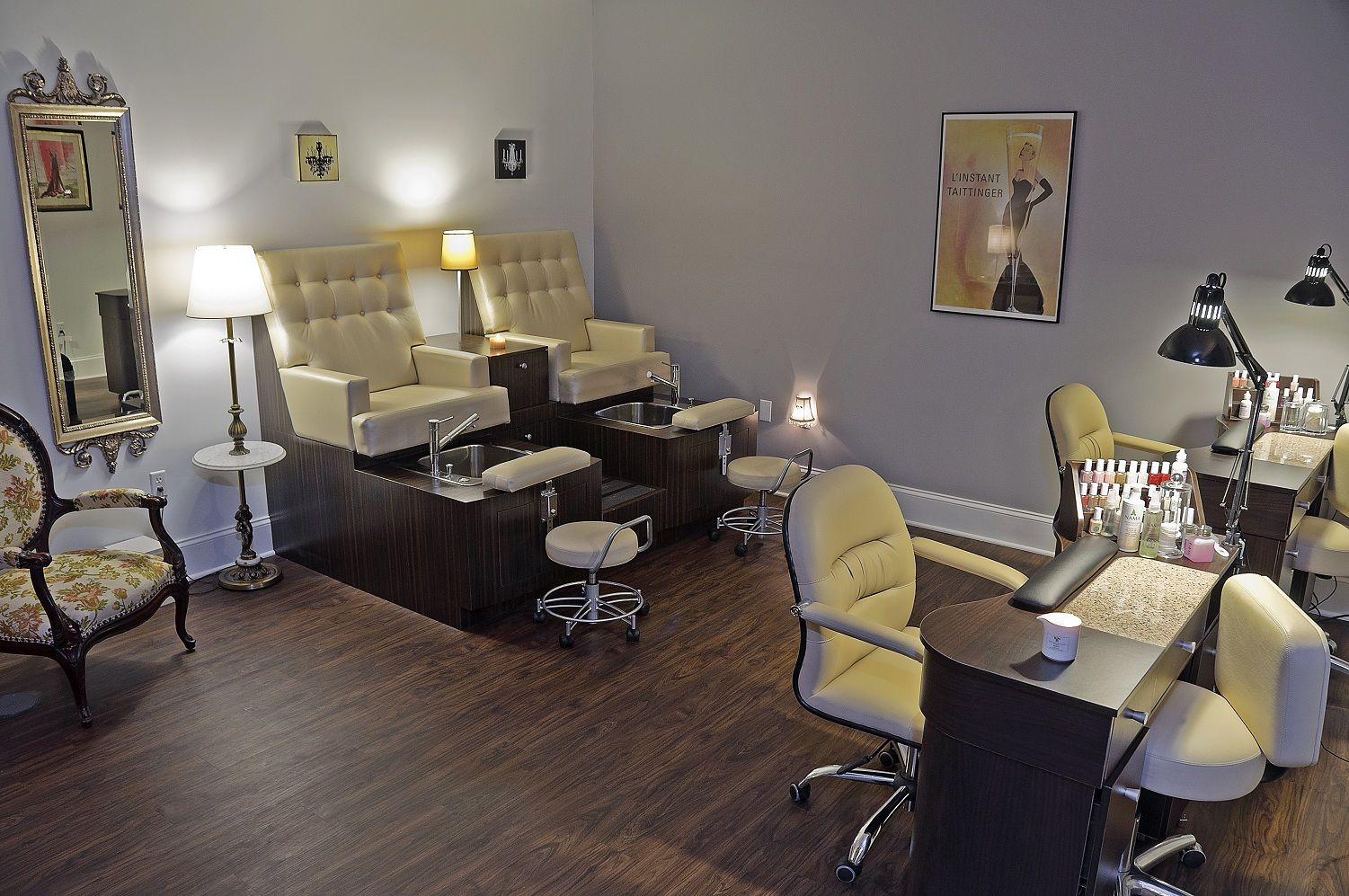 Manicure and pedicure room at plum salon and spa in for Salon de pedicure