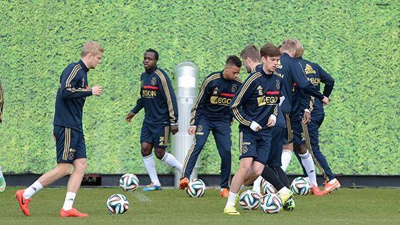 AFC Ajax heeft 7 nieuwe foto's aan het album Laatste training op weg naar AZ - Ajax toegevoegd.