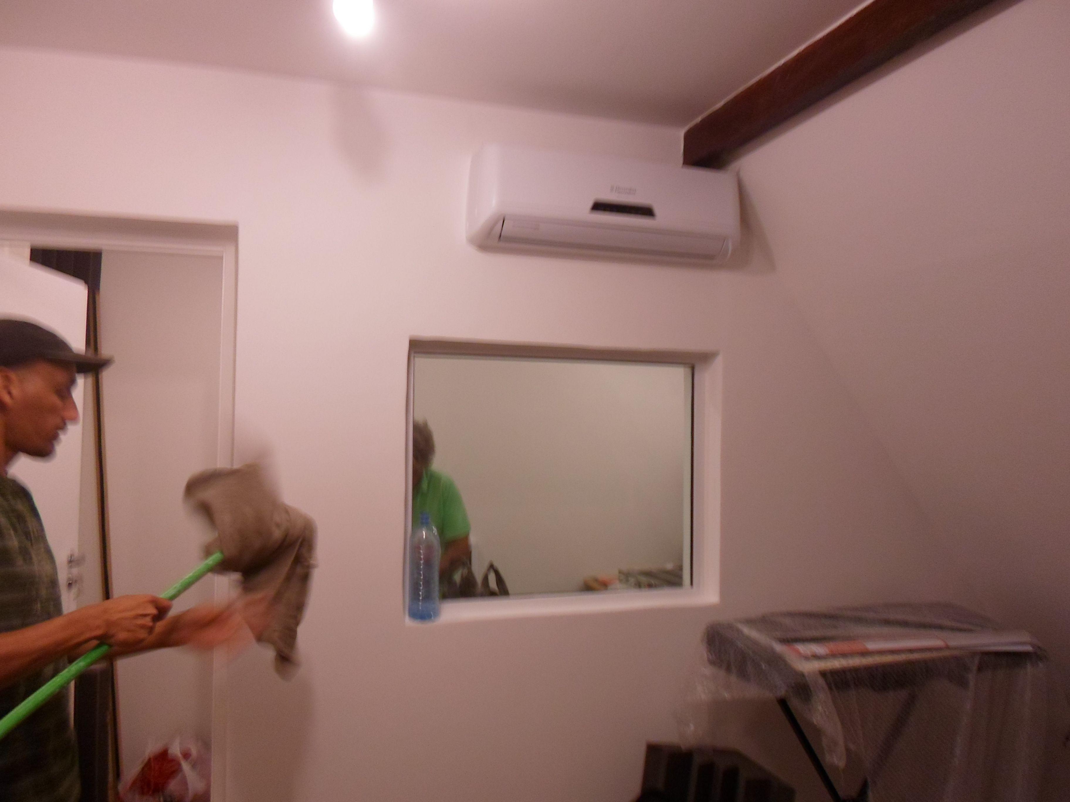 Construção de estúdios com parede em gesso cartonado. Paredes e teto acústicos, portas acústicas, vidros acústicos em quadro fixo que divida o ambiente e piso acústico.