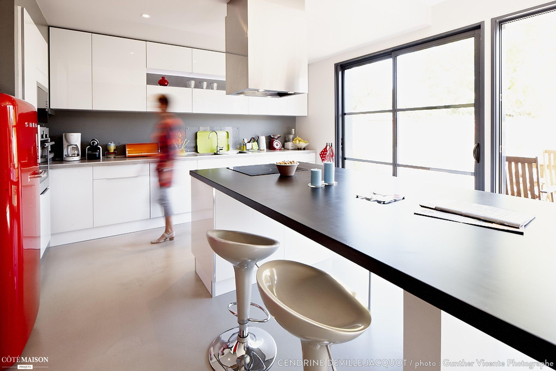 Une Grande Cuisine Blanche Avec îlot Central Pour Les Repas - Ilot central avec table rallonge pour idees de deco de cuisine