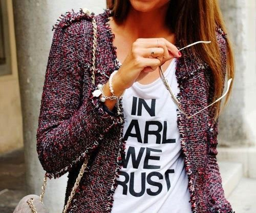 Chaqueta tipo chanel y camiseta letras. ..nice combination