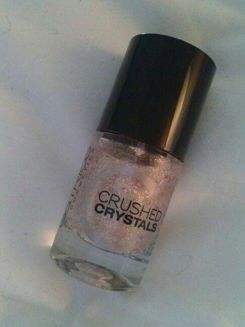 Catrice Crushed Crystals 04 Oyster & Champagner Sieht am besten mit rosa oder beigen Unterlack aus. So ist er ein bisschen durchsichtig, aber trozdem sehr schön.