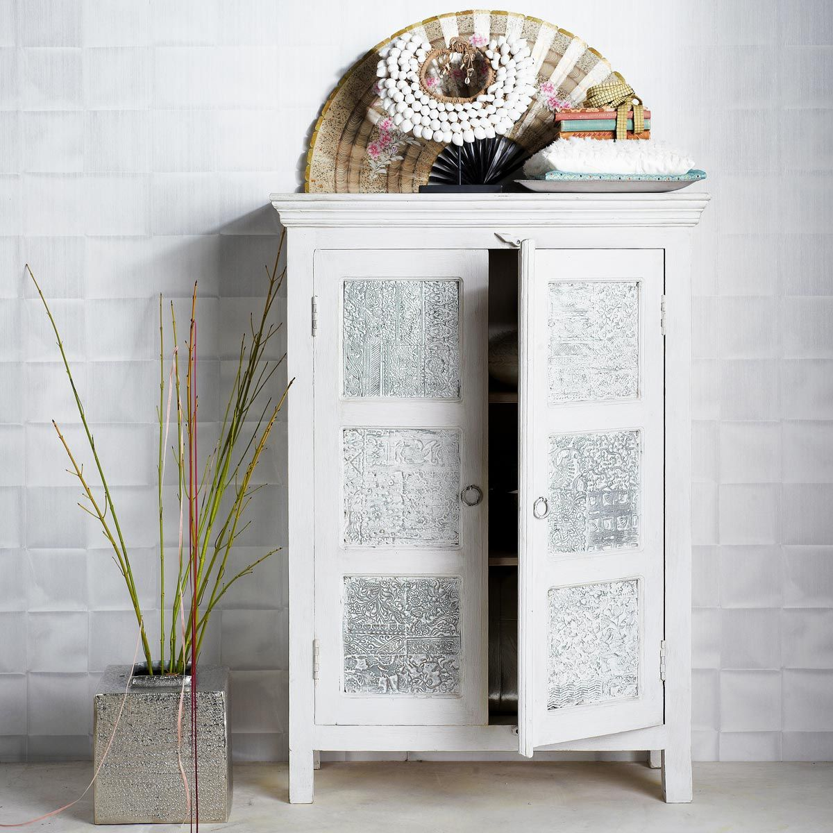 armoire indienne blanche udaipur maisons du monde. Black Bedroom Furniture Sets. Home Design Ideas