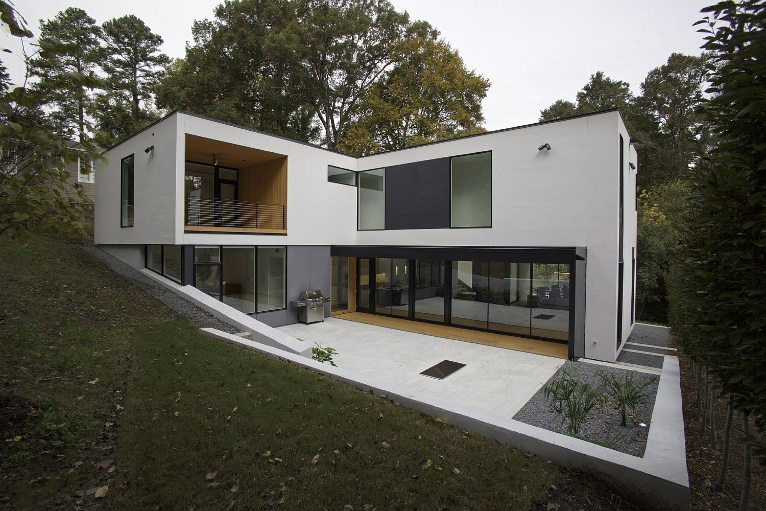 L Shaped Modern Minimal Residence On A Sloped Lot In Raleigh Modern House Design L Shaped House Modern Architecture House