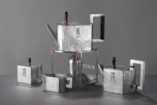 Tea service designed by Josef Hoffmann (1870-1956) c.1910 .- Silver, amethyst, carnelian, and ebony. - Metropolitan Museum of Art, Cynthia Hazen Polsky and Leon B. Polsky Fund. - Recherche Google