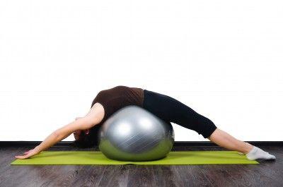 Фитбол, растягивание спины   Тренировка с мячом ...
