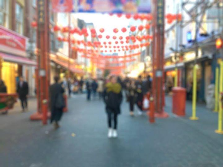 """""""Foi caminhando pela Chinatown londrina em um dia nublado que encontrei o amor da minha vida. Sou uma brasileira que conheceu um espanhol em um bairro chinês na Inglaterra. É por isso que eu viajo. - Amanda Sabino viajante Dubbi."""