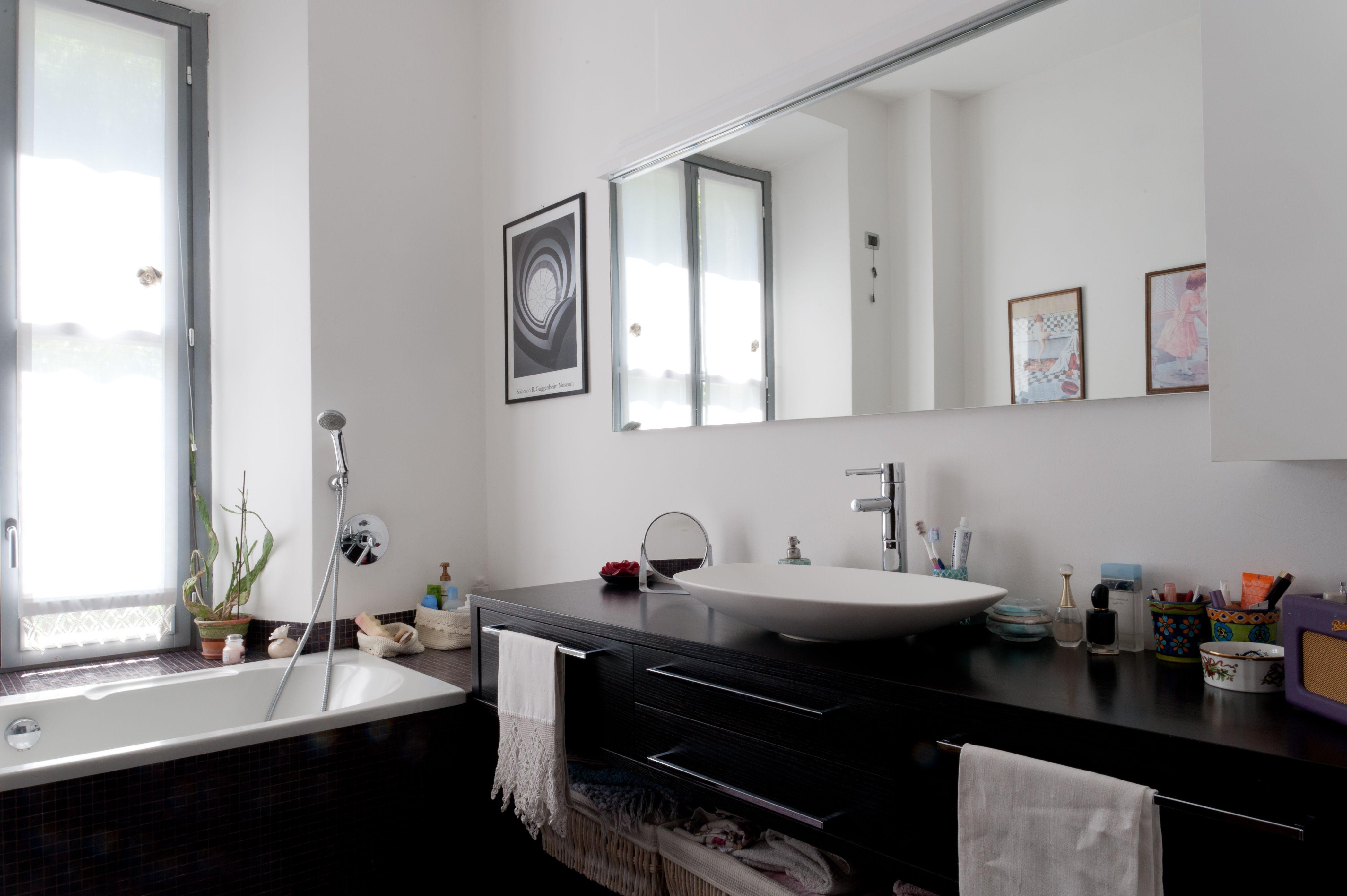 Mobile d' appoggio lavandino in wengè realizzato a disegno con ampio specchio. Illuminazione a led incassata nel cielino.