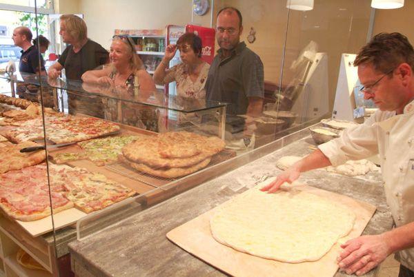 molto belli ed originali gliarredamenti per pasticcerie, per panifici e per caffetterie con design italiano by spazio genio www.spaziogenio.com