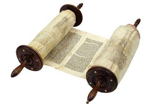 rouleau de torah manuscrit en h breu sur parchemin muni de ses deux axes en bois tourn auquel. Black Bedroom Furniture Sets. Home Design Ideas