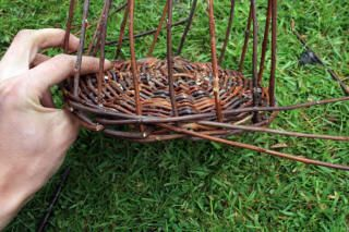 DIY baskets - this would have been nice a month ago when I mangled a pile of fresh grapevine. *sigh* Live and learn!