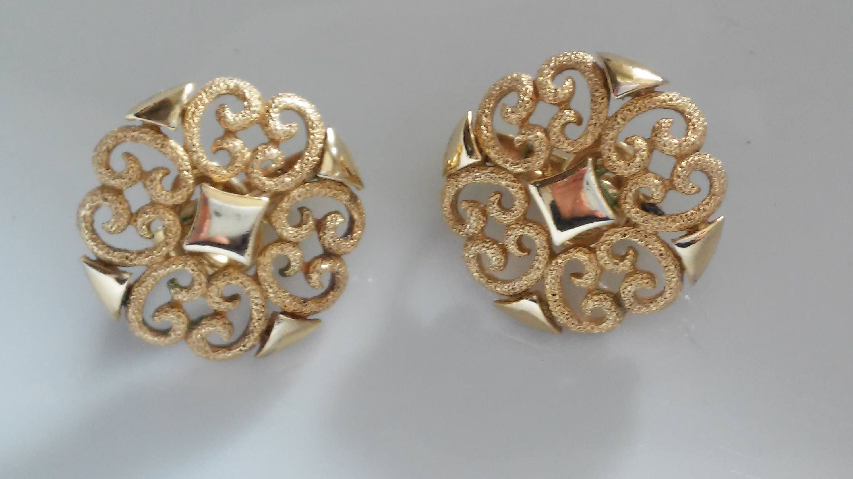 Avon/'s Gold toned clip on earrings.